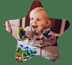Dziecko bawiącesię farbkami